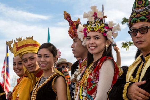 1280px-Sabah_Malaysia_Welcoming-Contingent_Hari-Merdeka-2013-16